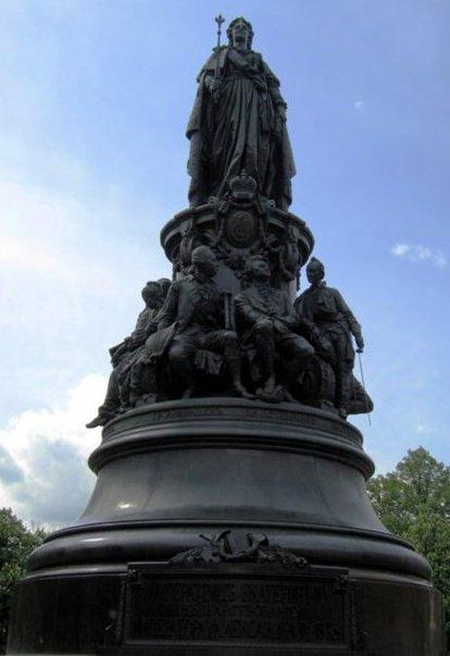 Памятник с изображениями императрицы Екатерины II и ее верных соратников и единомышлеников