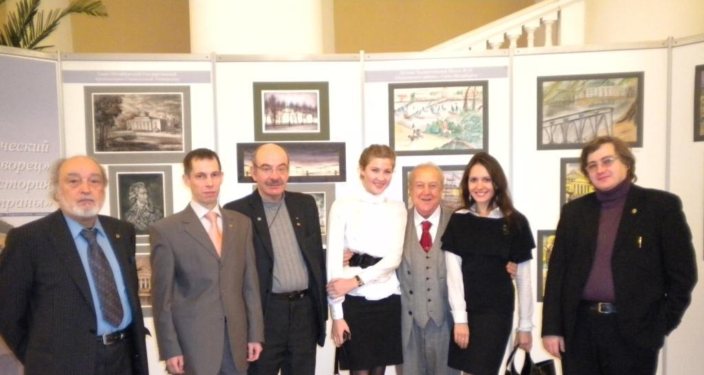 Участники и организаторы выставки вместе с председателем Российского союза художников Зурабом Константиновичем Церители